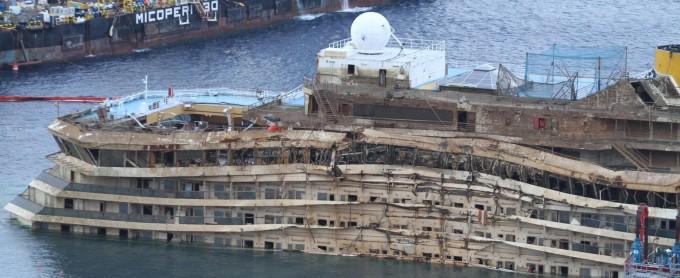 Costa Concordia in asse dopo 19 ore. Rotazione compiuta.