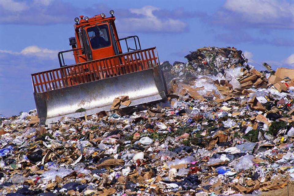 RIFIUTI: Tariffa provvisoria per la gestione dei rifiuti e giurisdizione in materia di crediti sui costi eccedenti.
